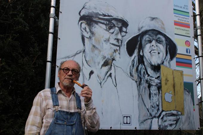 Martin Wallaert bij zijn werk 'De Lift' als hulde aan Roger Raveel, met rechts één van Raveels typische 'palen'. (foto JF)