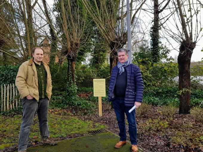 Landschapsarchitect Carl Vandenberghe en burgemeester Gino Devogelaere. (Foto GV)