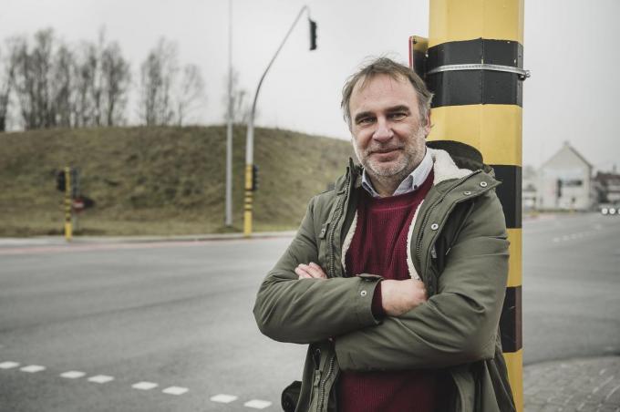 Francis Benoit, Kuurns burgemeester, aan het kruispunt R8 met de Brugsesteenweg.© Olaf Verhaeghe