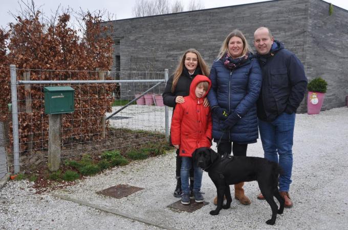 Karolien Desaver en Steve Platevoet samen met hun kinderen Jerome en Marie-Lou in de Kapitein Fremaultstraat in Pollinkhove.© KVCL