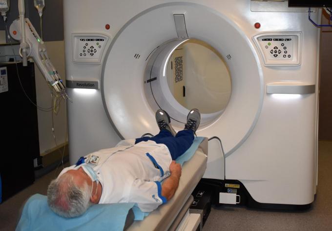 Een medewerker van de dienst medische beeldvorming demonstreert de werking van de nieuwe CT-scanner.©TOM VAN HOUTTE TOM VAN HOUTTE