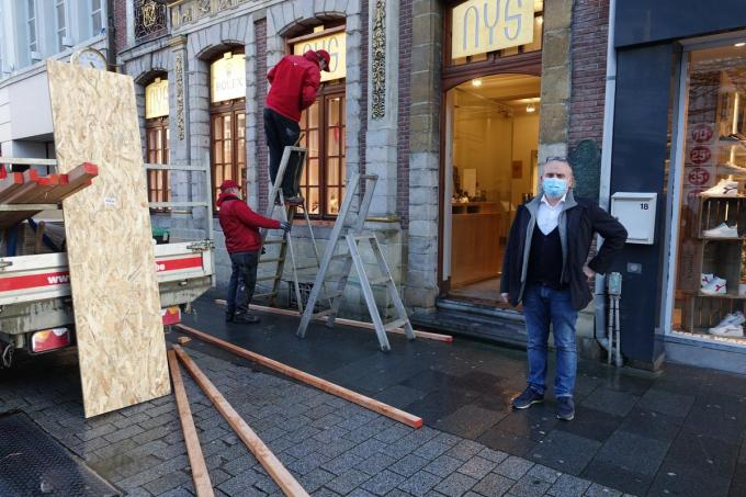 Kristof Nys neemt het zekere voor het onzekere en laat zijn ramen beveiligen.© AN