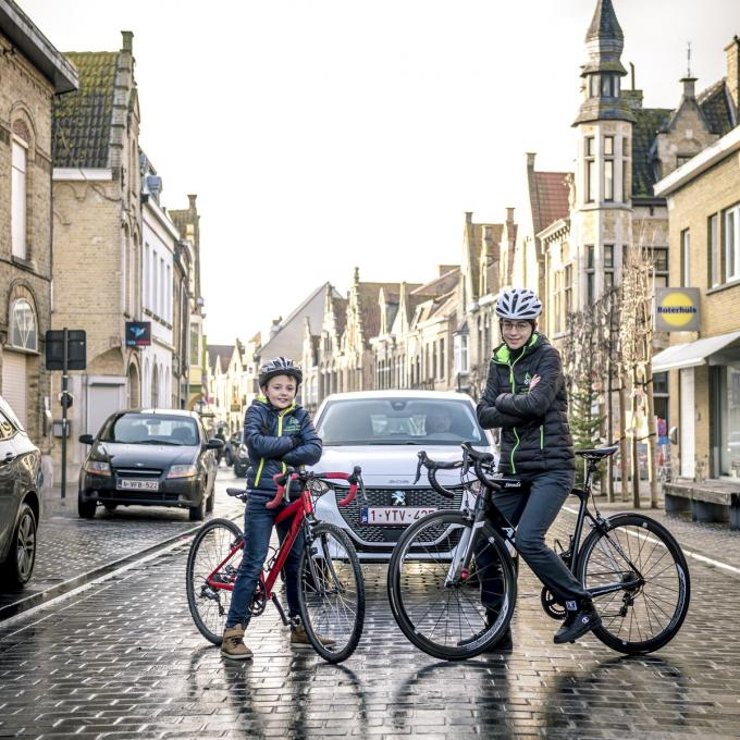 De broers Thibo (15) en Arthur Vanuxem (8) uit Leke, allebei actief bij Cycling Team Houtland Westkust, tonen met hun fiets het goede voorbeeld om het campagnebeeld te sieren.© Alain Vanhove