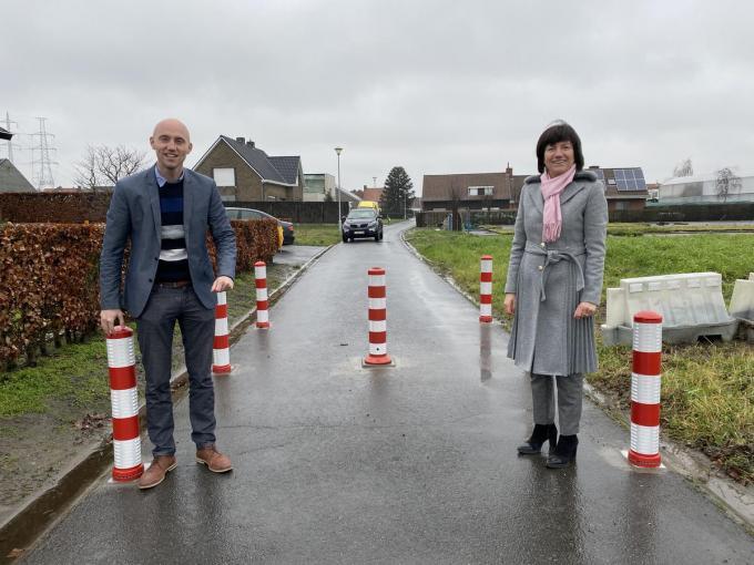 De schepenen Bert Schelfhout en Regine Rooryck ter hoogte van de wegversperring in de Bontestierstraat.© DRD