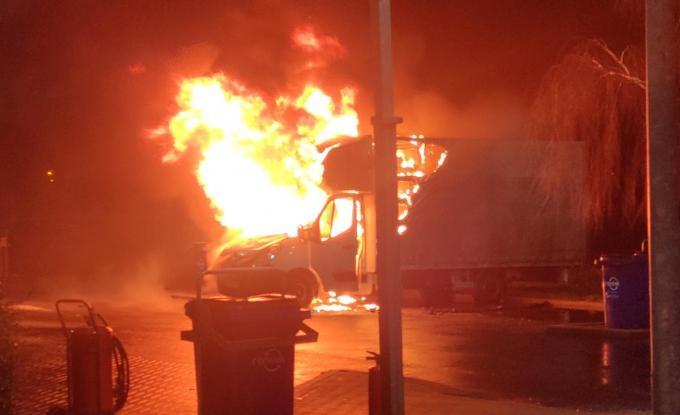 De bestelwagen ging helemaal in vlammen op.© GF