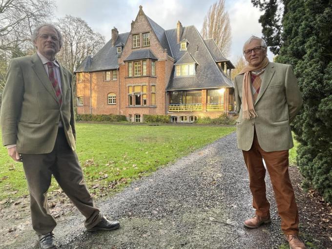 Patrick en Jean-Pierre Geelhand de Merxem voor het geklasseerde landhuis.© TP