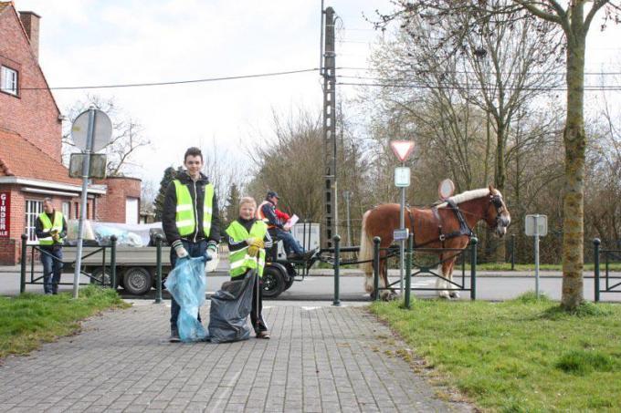 De trekpaarden worden ingezet om mee op zwerfvuilronde te gaan.© CL