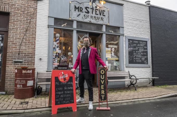 Mr. Steve opende zijn barbershop, maar zijn schaar bleef op zak. Je kon er enkel producten aanschaffen en ook.... schilderijen.© Stefaan Beel
