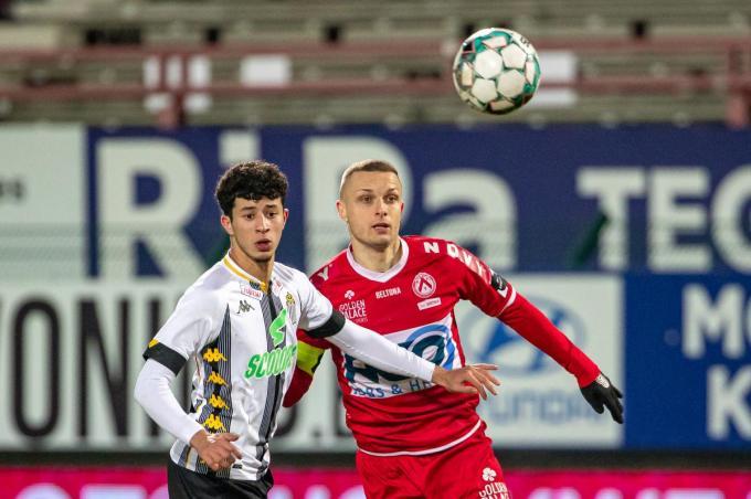 Timothy Derijck (rechts) kreeg een rode kaart in de match tegen Charleroi.©KURT DESPLENTER BELGA