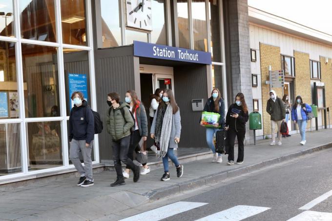Het Torhoutse station, doordeweeks goed voor 1.750 reizigers per dag, moet het tegen eind dit jaar zonder bemande loketten stellen, wat kwaad bloed zet.©Johan Sabbe