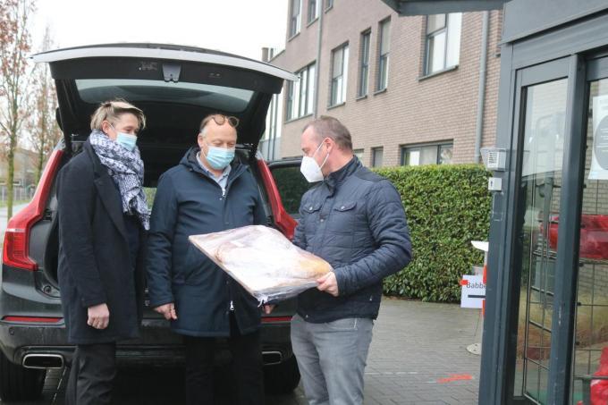 Katrien Monkerhey en Jan Depover van De Kippe die de pannenkoeken overhandigen aan directeur Jurgen Duyck van WZC De Groene Verte.©type=