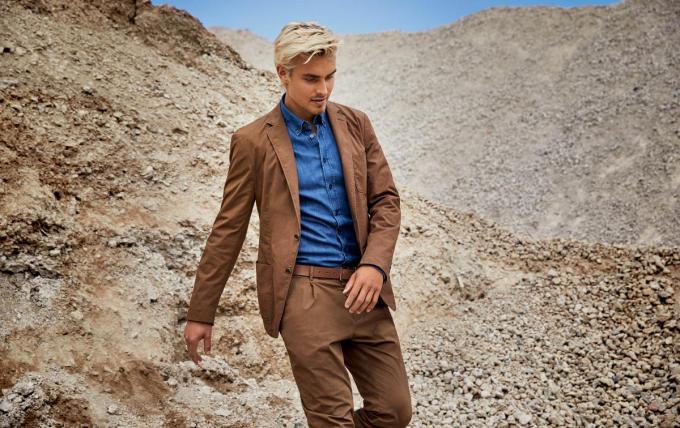 Vlotte blazer (249 euro) en bijhorende pantalon (109 euro) in een warmbruine tint, van Strellson.© Toni Nuesse