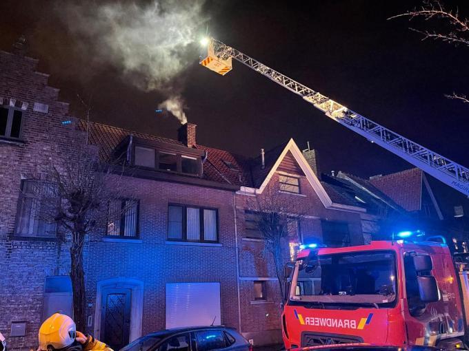 De brandweer werd opgeroepen om de schouwbrand te blussen.© JVM