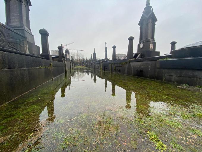De wandelpaden tussen de graven op het Oud Kerkhof staan onder water. (foto PM)©Peter MAENHOUDT