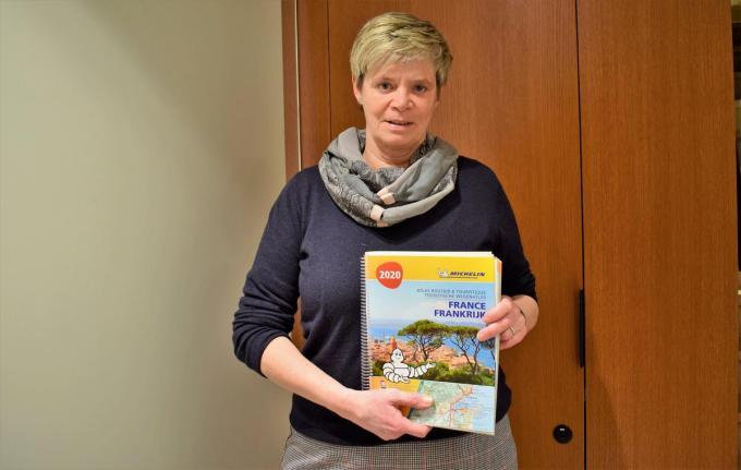 Heidi Ingelbeen met een reisbrochure voor 2020. Die heeft ze natuurlijk niet veel moeten gebruiken. Ze hoopt op een beter 2021.©zenon bekaert beselare ZB