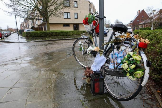 Op het kruispunt staat de met bloemen versierde fiets als een gedenkplaats.©Peter MAENHOUDT PM