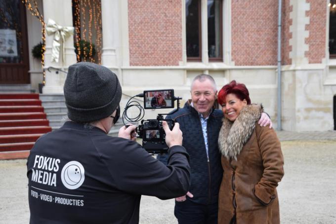Het was buiten niet warm, maar James van Fokus Media liet het tweetal ook buiten staan voor de clipopname.© PADI/Jens