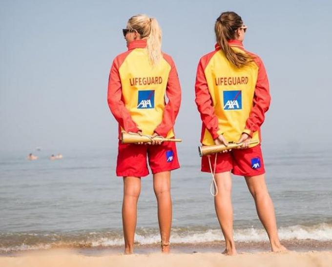 Al dan niet met uniform en logo van de kustreddingsdienst IKWV, maar een tv-reeks over de strandredders komt er en met steun van Toerisme Oostende.