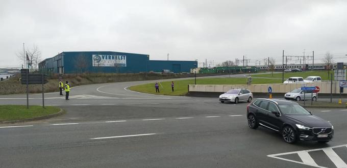 Stadswachten voorkomen dat het verkeer blijft staan aan de 'blauwe bruggen' als die gesloten zijn.© Guido De Greef
