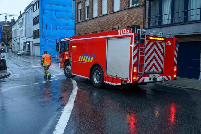 De brandweer moest het wegdek komen schoonmaken.© CLL