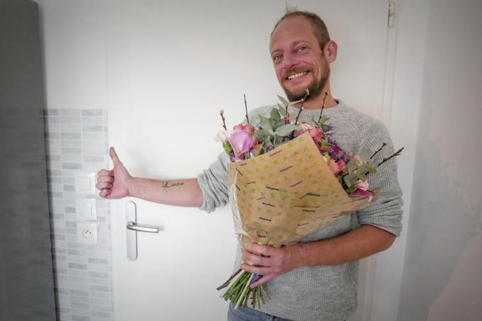 Frédéric Vanoverberghe met zijn boeketje bloemen. (foto CLL)