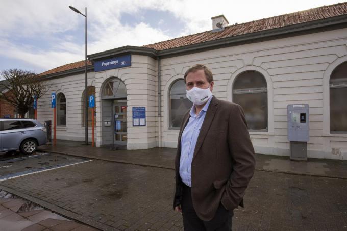 Burgemeester Christof Dejaegher bij het station dat hij zo graag ziet.© MD