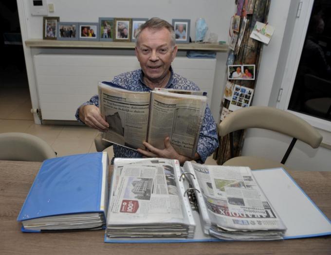 Eddy Mullebrouck kreeg onlangs drie mappen vol oude krantenknipsels over Ingelmunster.© FODI