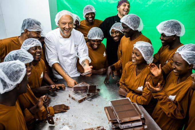 Dominique Persoone geeft les aan toekomstige chocolatiers in Congo.© Kris Van Exel