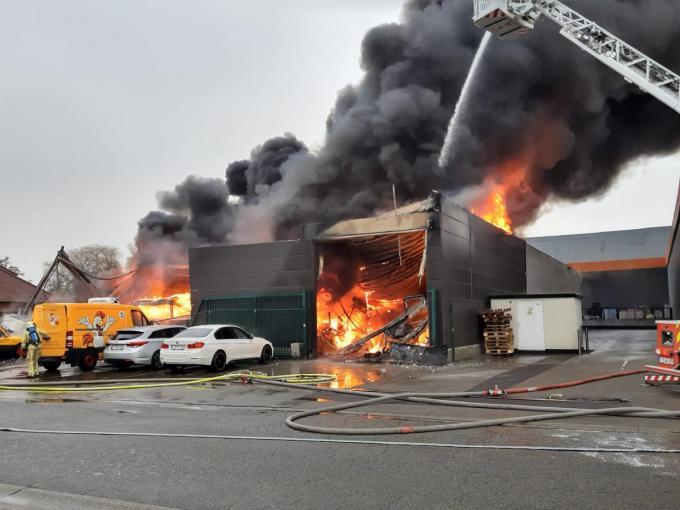 De loods brandde maandag helemaal uit.© (foto BF)