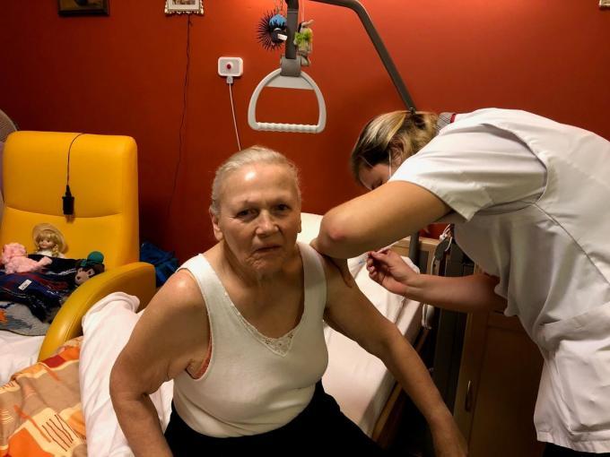 Bewoonster Mariette Callewaert wordt gevaccineerd door Sarah Everaet, hoofdverpleegkundige van WZC De Groene Verte.©type=