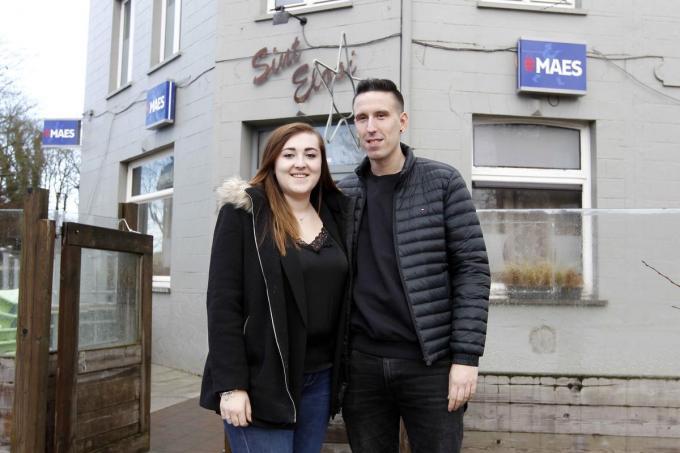 Izabela Napieralska en Bryan De Buck zijn de nieuwe uitbaters van café Sint-Elooi. (foto Coghe)©GINO COGHE Foto Coghe