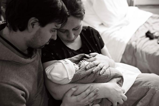 Emmy in de liefdevolle armen van haar mama Amina Stubbe en papa Kasper Declercq. (foto Boven De Wolken)