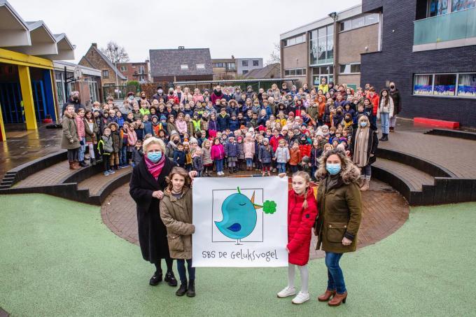 Afdeling B van de Stedelijke Basisschool Sint-Michiels toont trots de nieuwe naam en het logo.©Davy Coghe Davy Coghe