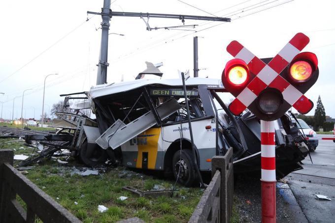 Op 7 januari gebeurde een ongeval met een lege bus van De Lijn op de spoorweg ter hoogte van de Grote Branderstraat in Vlamertinge.© EF