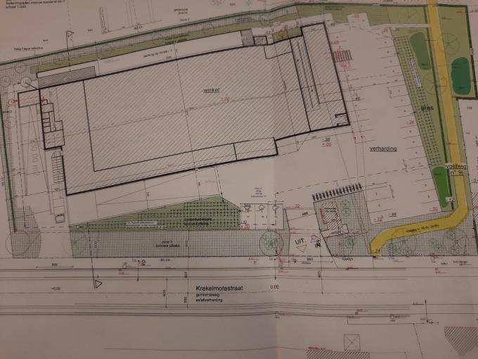 De oude voetweg situeert zich ongeveer op de rode stippellijn. Zo zie je dat de nieuwe Aldi een stuk groter zal zijn. Het gele tracé is de nieuwe voetweg die Becelaere's Hof en de Krekelmotestraat verbindt.