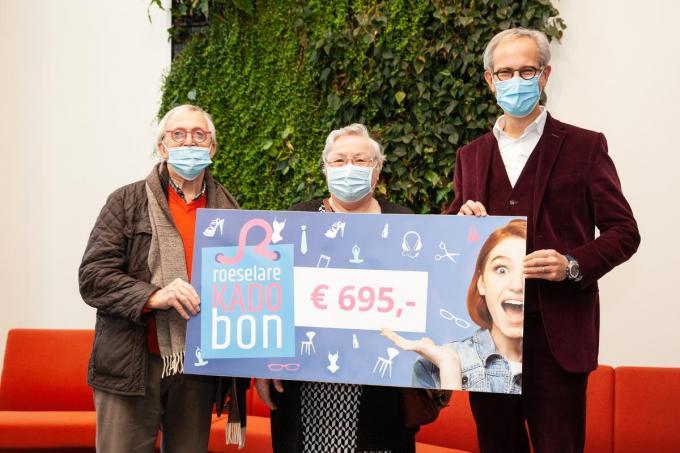 Marcel Vandamme (links) mocht de cheque vrijdagvoormiddag in coronaveilige omstandigheden in ontvangst nemen.© (foto Kristof Pattyn)