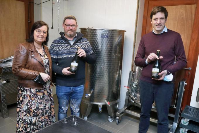 In het Torhoutse Wijngoed Thurholt van links naar rechts Cindy Taveirne, haar man Bart Ganne en burgemeester Kristof Audenaert.©Johan Sabbe