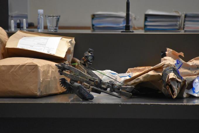 De kruisboog die als moordwapen gebruikt werd, ligt vooraan in de assisenzaal. (LK)