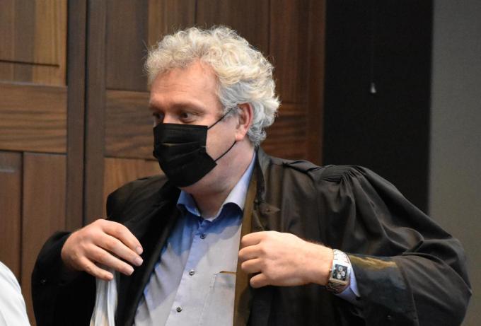 Advocaat Kris Vincke verdedigt de beschuldigde. (LK)