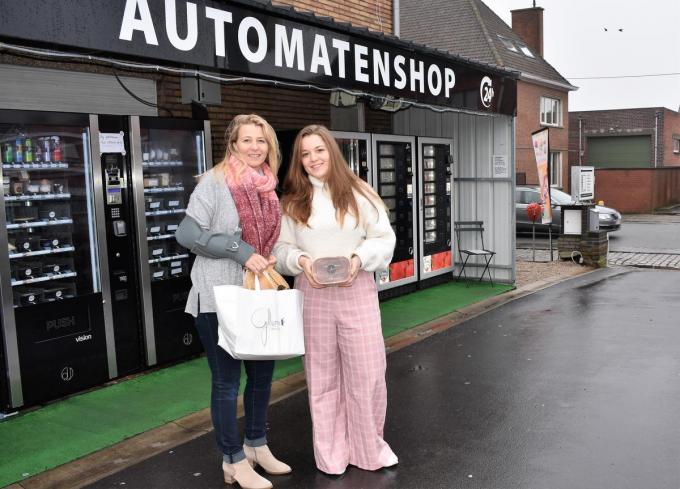 Sandra Deproost en dochter Gilltumn gaan vol voor de automatenshops.©TOM VAN HOUTTE TVW