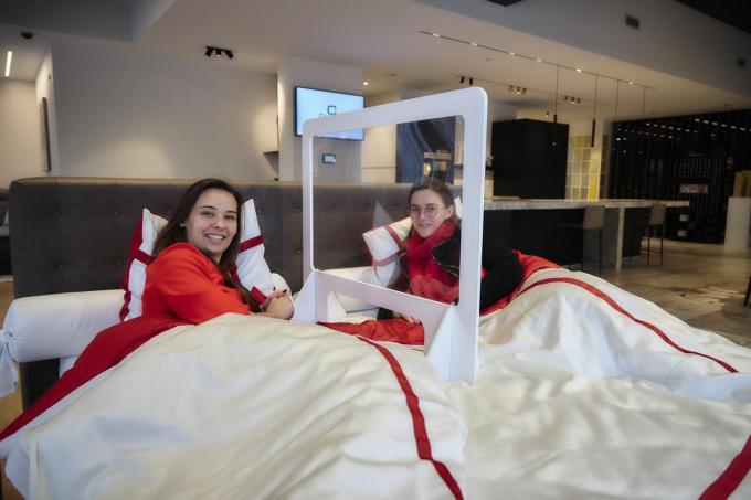 Robin Ally, exploitant van I-COR, in bed met Nele Carnel van Dorsoo Roeselare.© AF-Fotografie