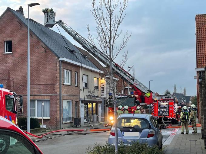 De brandweer moest enkele dakpannen weghalen om de brand beter te kunnen bestrijden.© JVM