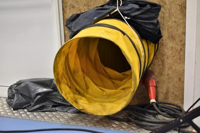 Om het tijdens de gemeenteraad niet al te koud te laten worden, werd een warmteblazer ingezet.© TVW