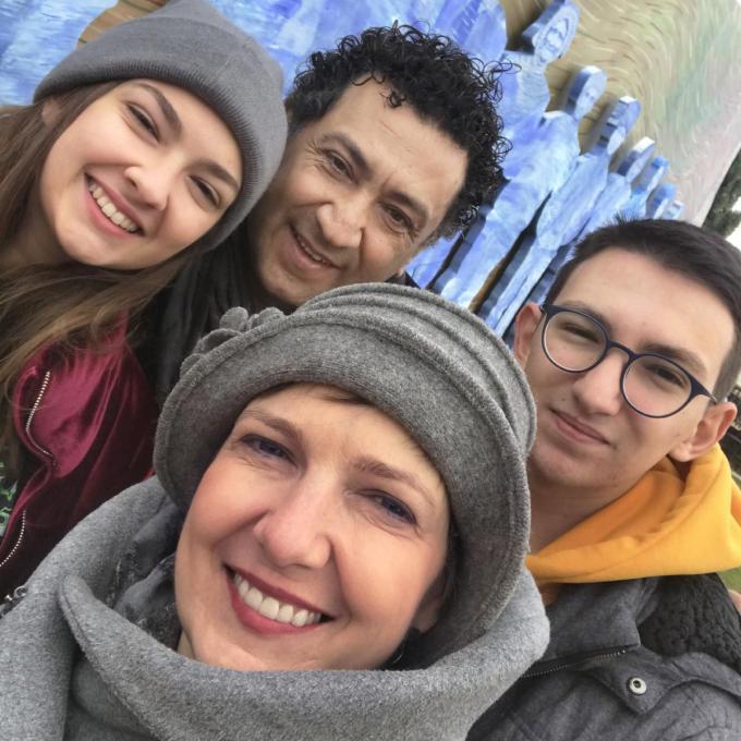 De Torhoutse Rein Lingier (50), haar man Öcal Özbilgin (54) en hun twee kinderen, dochter Defne (17) en zoon Bora (19). Samen een gelukkig gezin in Turkije.©JS