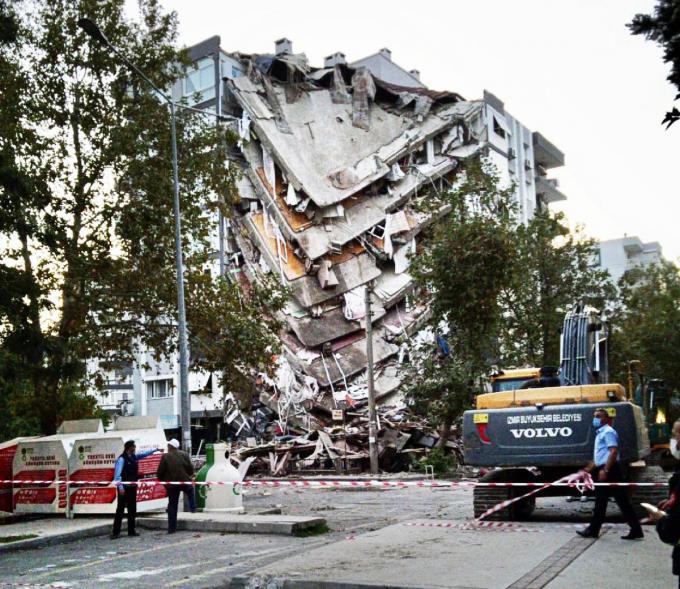 De zware aardbeving in Izmir deed een aantal flatgebouwen volledig instorten. Bijna honderd mensen kwamen om het leven.©JS