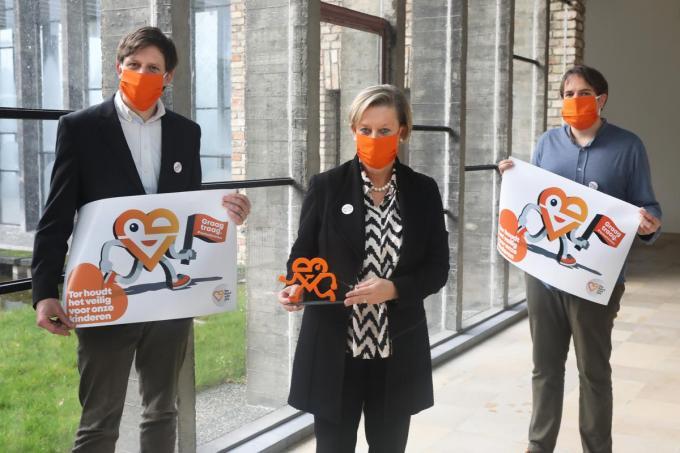 Een nieuwe huisstijl voor CD&V Torhout: van links naar rechts burgemeester Kristof Audenaert, voorzitter Hilde Stockman met de mascotte Tor en fractieleider in de gemeenteraad Pieter Billiet.©Johan Sabbe