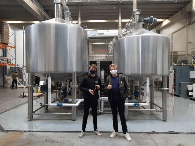 Bondsleider Briek Verhaeghe (links) en Vic Vermeersch bezochten de brouwerij BeerSelect in Gent. (GF)