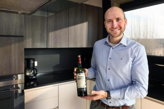 """Alexander Albrecht laat het koken aan zijn vrouw over. """"Een fles wijn opentrekken en koffiezetten kan ik wél.""""©Johan Sabbe"""