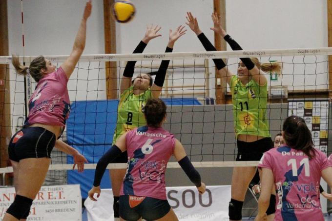 Yana De Leeuw en Milica Misojcic proberen Nina Coolman af te blokken.© VDB