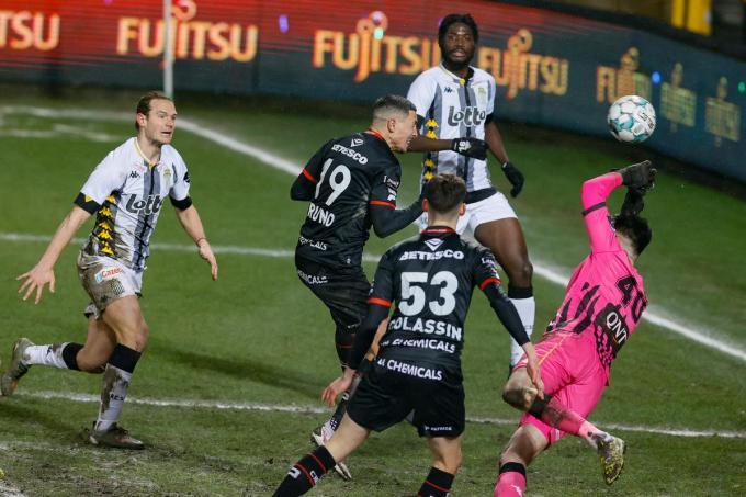 Gianni Bruno (Essevee) scoort tijdens de match tussen Sporting Charleroi en SV Zulte Waregem.©BRUNO FAHY BELGA